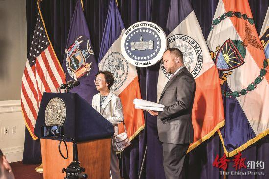 陈倩雯(讲话者)提出的新法案在市议会过关,将切实保障房客权益。(尹英姿摄)