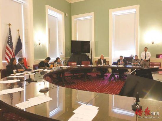 万齐家(左2)要求市府加强面向移民的心理辅导和服务。