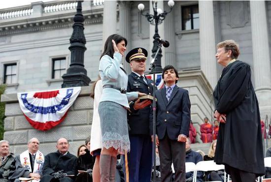 ▲黑莉宣誓连任州长。图据美联社